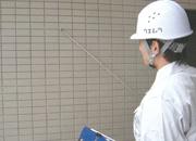 写真:保護モルタルの浮きの範囲をテストハンマーを用いて検査